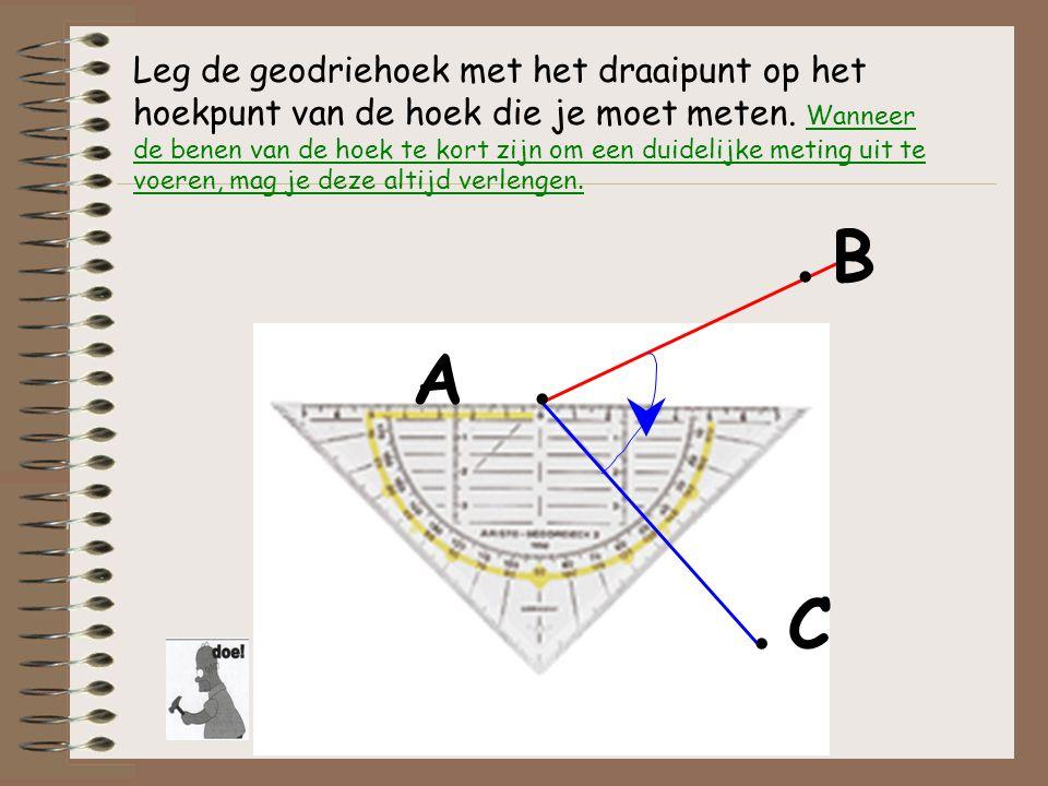 Leg de geodriehoek met het draaipunt op het hoekpunt van de hoek die je moet meten. Wanneer de benen van de hoek te kort zijn om een duidelijke meting
