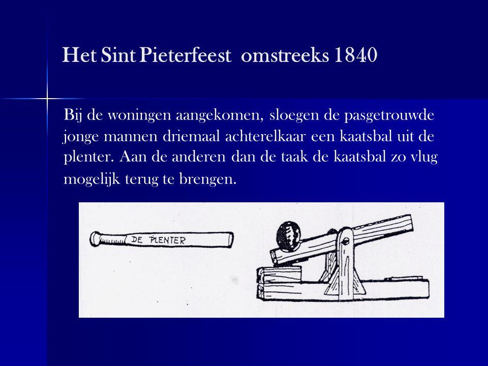 Het Sint Pieterfeest omstreeks 1840 Bij de woningen aangekomen, sloegen de pasgetrouwde jonge mannen driemaal achterelkaar een kaatsbal uit de plenter