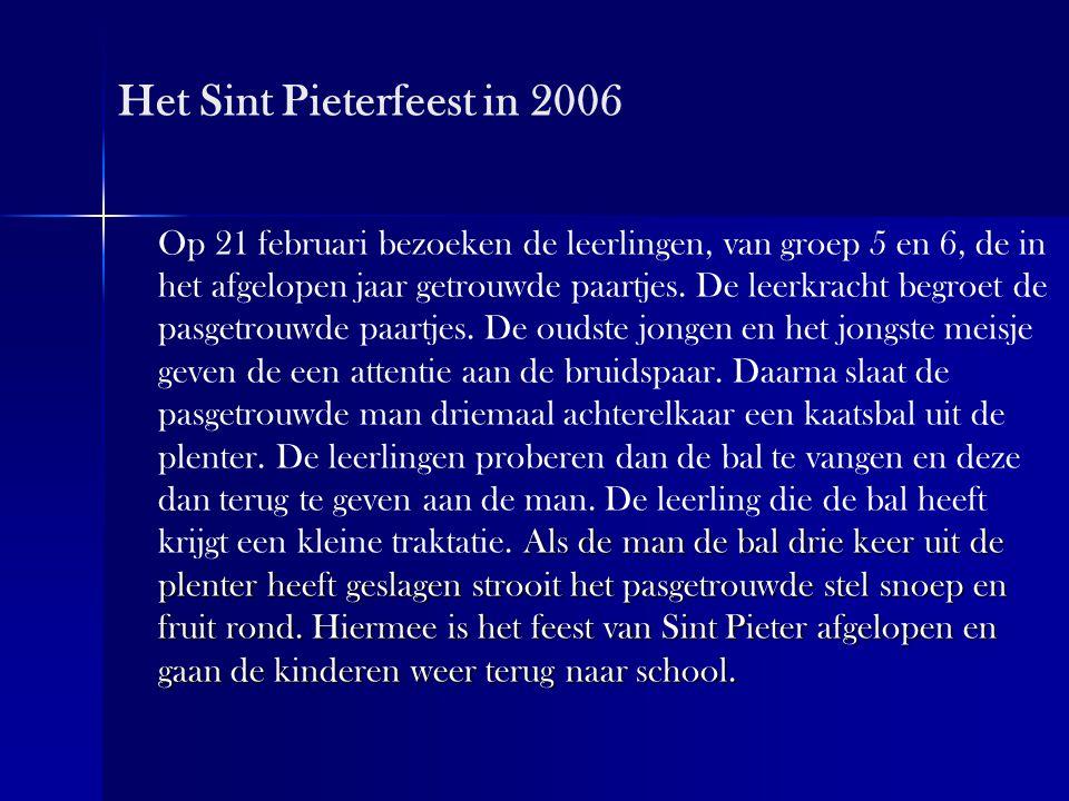 Het Sint Pieterfeest in 2006 Als de man de bal drie keer uit de plenter heeft geslagen strooit het pasgetrouwde stel snoep en fruit rond. Hiermee is h