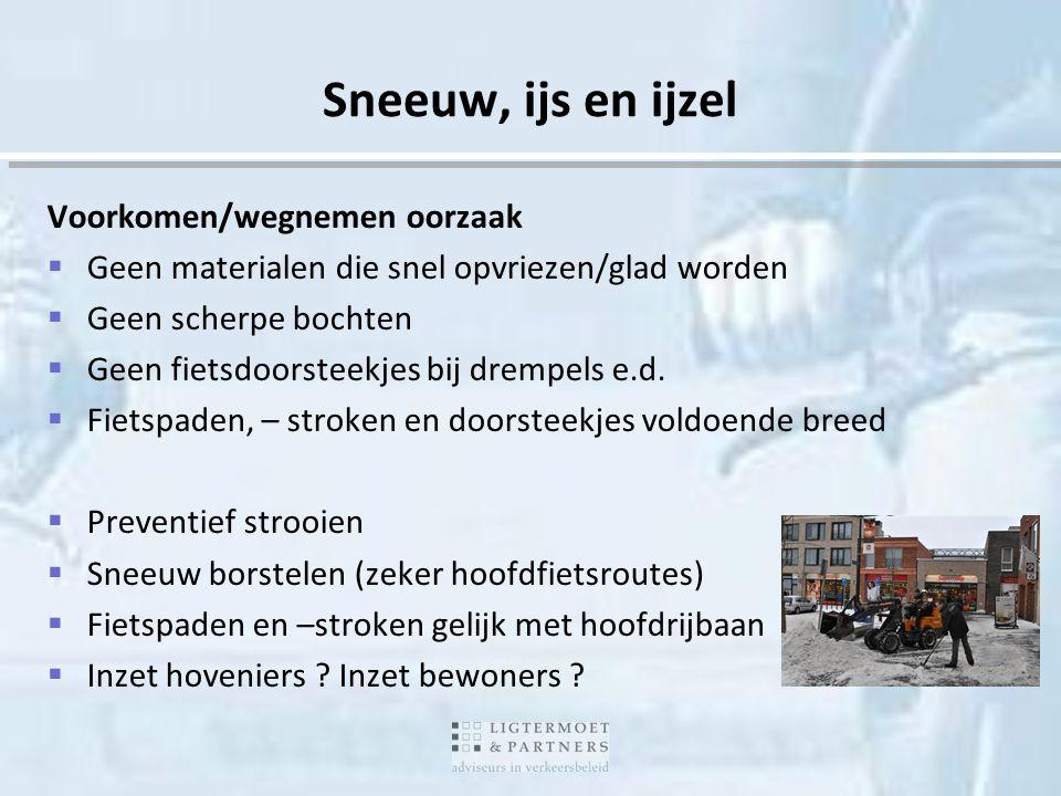 Sneeuw, ijs en ijzel Voorkomen/wegnemen oorzaak  Geen materialen die snel opvriezen/glad worden  Geen scherpe bochten  Geen fietsdoorsteekjes bij d