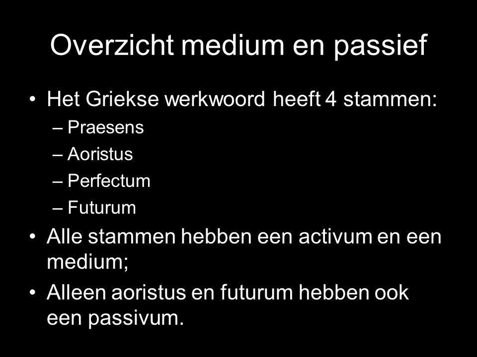 Overzicht medium en passief Het Griekse werkwoord heeft 4 stammen: –Praesens –Aoristus –Perfectum –Futurum Alle stammen hebben een activum en een medi