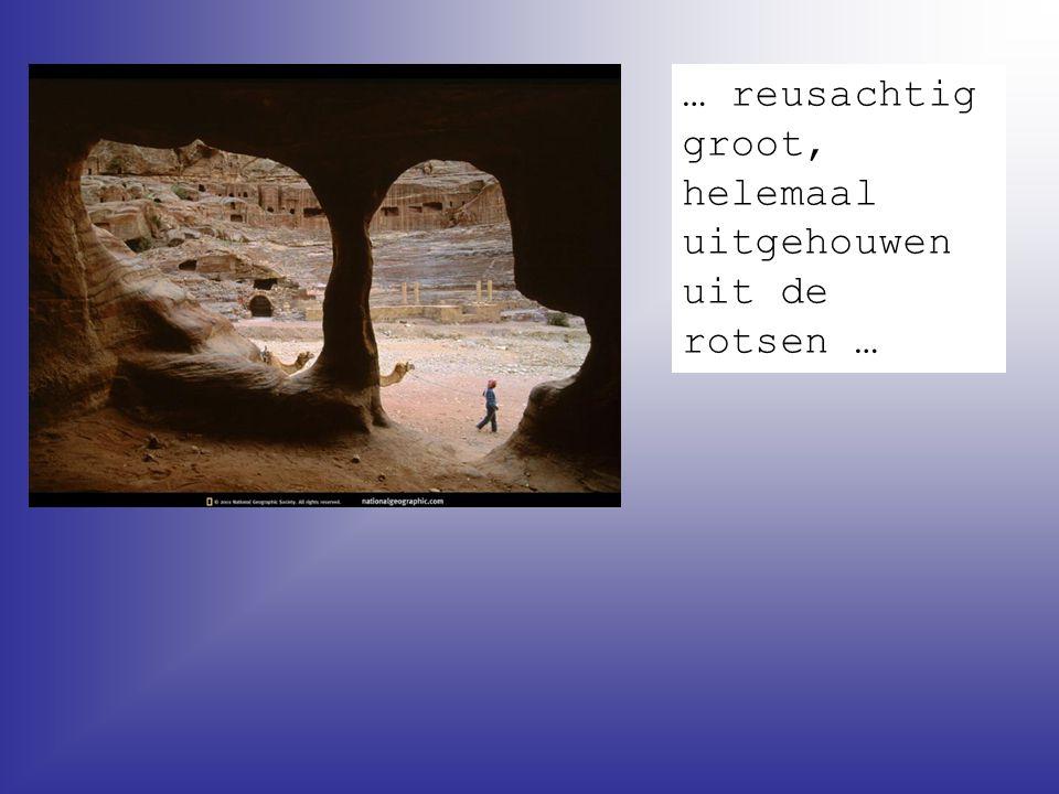 … reusachtig groot, helemaal uitgehouwen uit de rotsen …