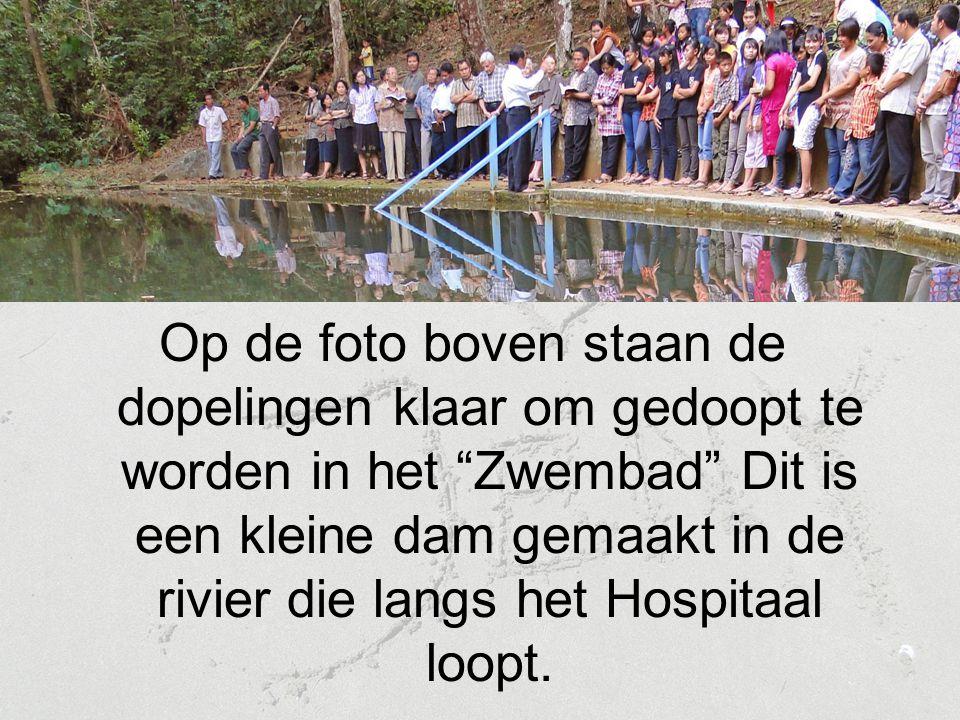 """Op de foto boven staan de dopelingen klaar om gedoopt te worden in het """"Zwembad"""" Dit is een kleine dam gemaakt in de rivier die langs het Hospitaal lo"""