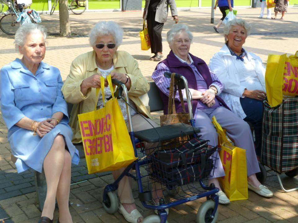 Deze mensen bleven een beetje op de achtergond genieten op een bankje