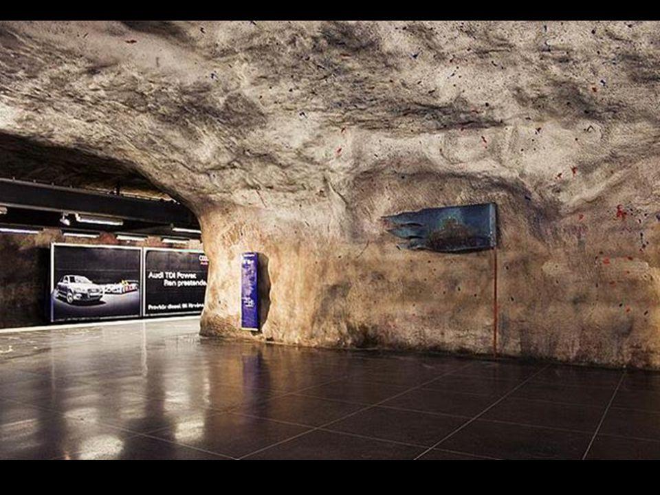 In veel stations ziet men pure rots en voelt men zich in volle 21e eeuw in de tijd van de holbewoners.