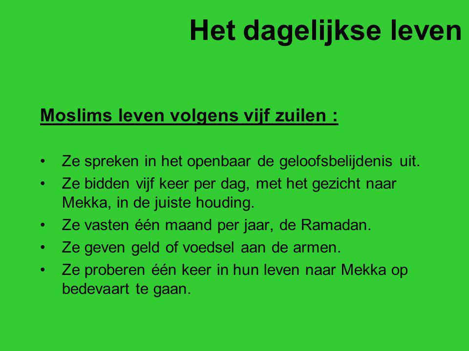 Het dagelijkse leven Moslims leven volgens vijf zuilen : Ze spreken in het openbaar de geloofsbelijdenis uit. Ze bidden vijf keer per dag, met het gez