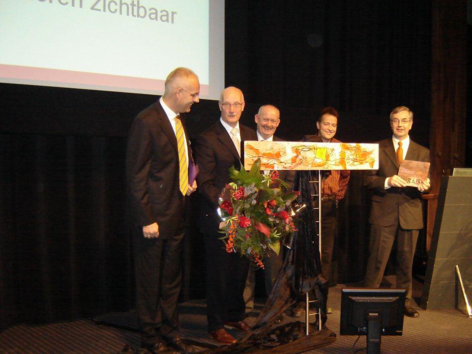 """PRIJS Theo Vervoort, Ton Friesen, Geert Theeuwen, Jos Falvay en Hein Gonlag nemen de """"EVC Aanmoedigingsprijs 2006"""" in ontvangst"""
