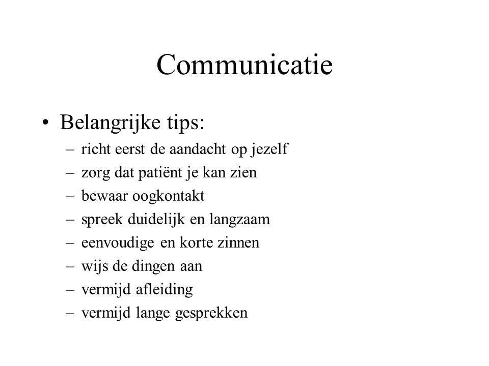 Communicatie Belangrijke tips: –richt eerst de aandacht op jezelf –zorg dat patiënt je kan zien –bewaar oogkontakt –spreek duidelijk en langzaam –eenv
