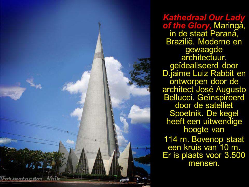 Kapel Notre-Dame-du-Haut de Ronchamp. Ontworpen door de architect Le Corbusier. Beschouwd als een der belangrijkste van de XXe eeuw. De ramen in de di