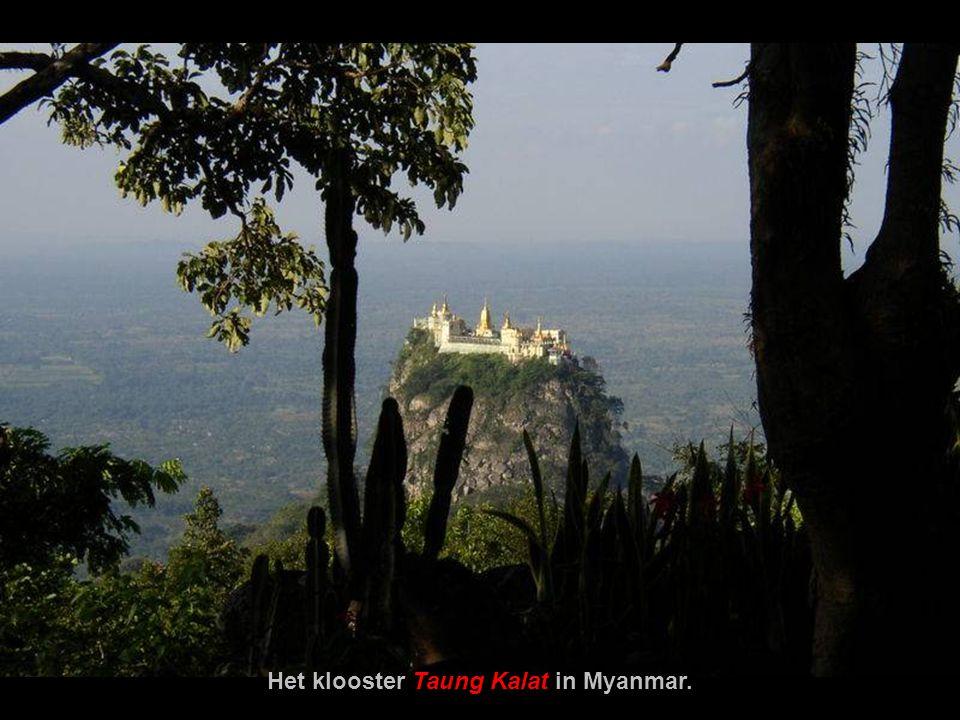 De Berg Popa is een oase in de centrale woestijn van Myanmar.