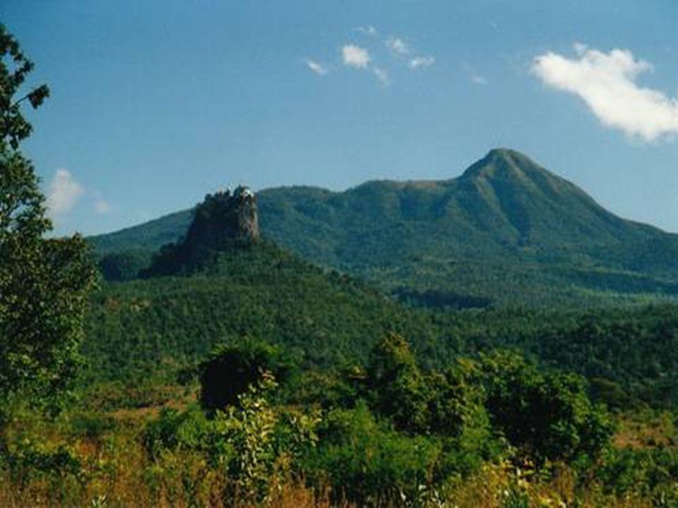 De Berg Popa is een oase in de centrale woestijn van Myanmar. De omgeving is kurkdroog, maar de berg bevindt zich in een door bijna 200 beken bevloeid