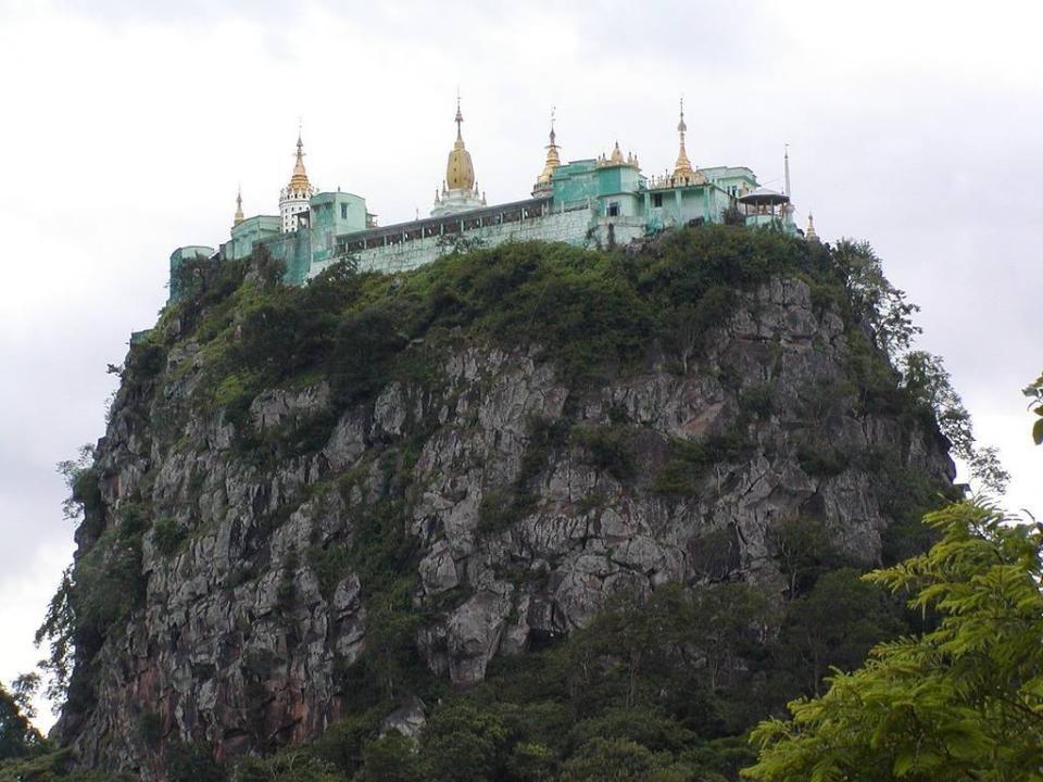 """Na het indrukwekkend klooster te hebben gezien zou men geneigd zijn te denken dat Taung Kalat terecht """"sokkelheuvel"""