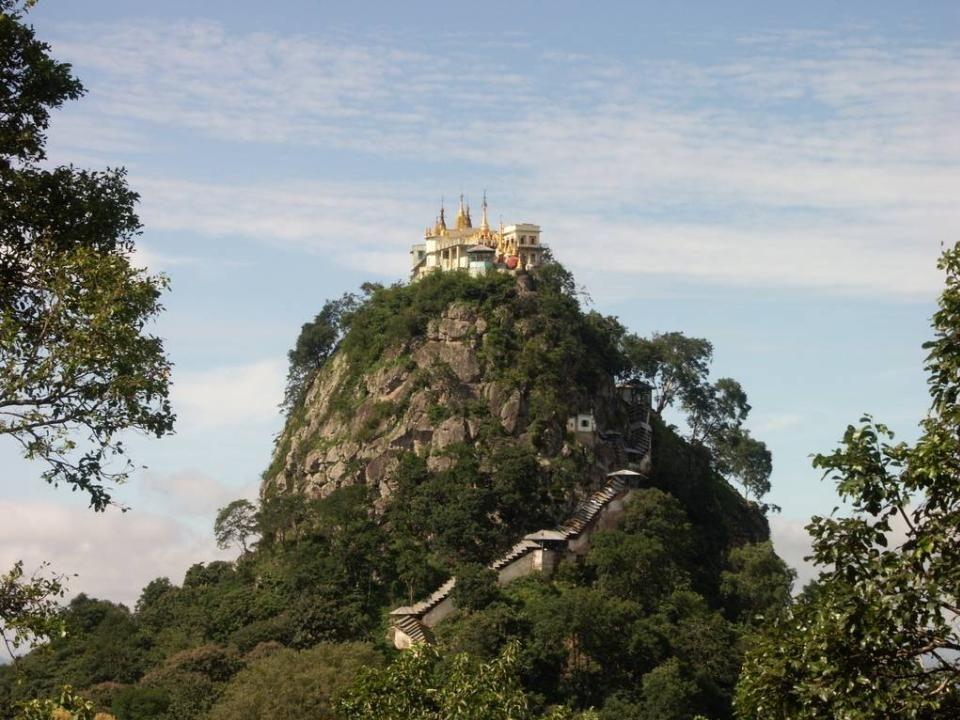De enige toegang tot het klooster is een trap met 777 treden die rond de vulkaan loopt tot aan de top waar het boeddhistisch klooster zich bevindt.