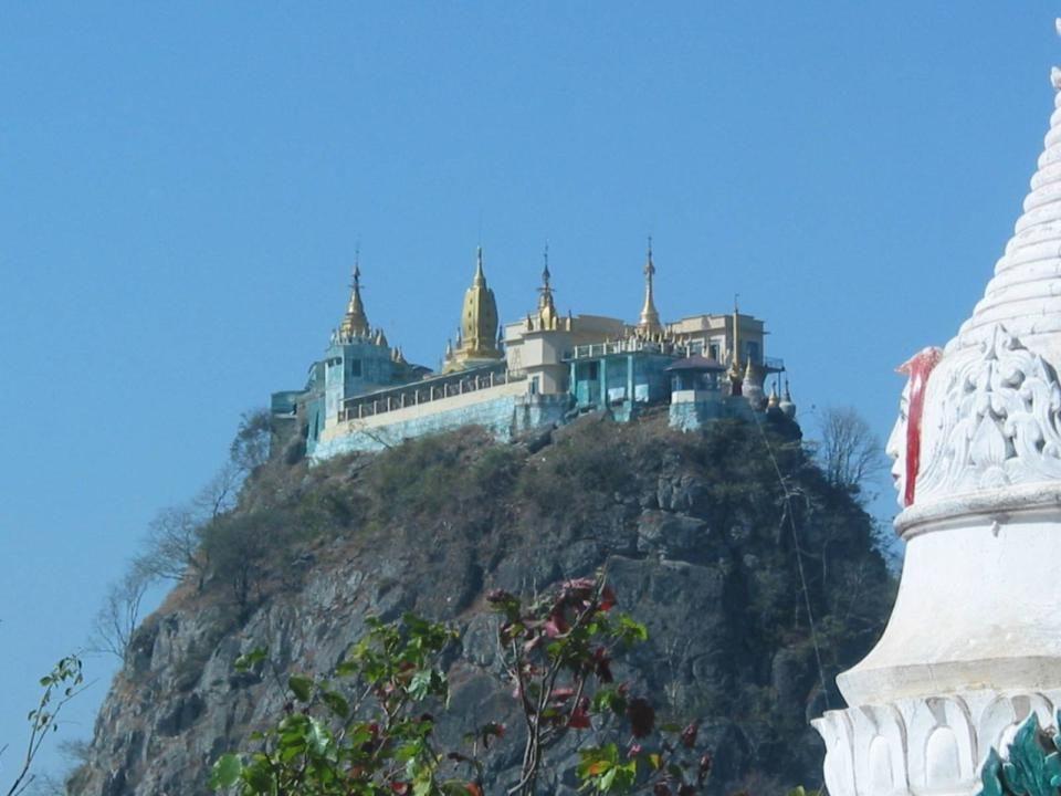 De hoofdingang van het klooster.