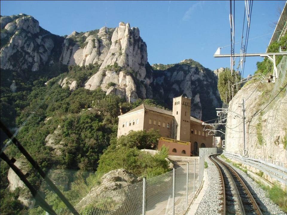De abdij Montserrat bevindt zich in het midden van de bergkam aan de voet van de San Jeronimo van 1224 m hoog.