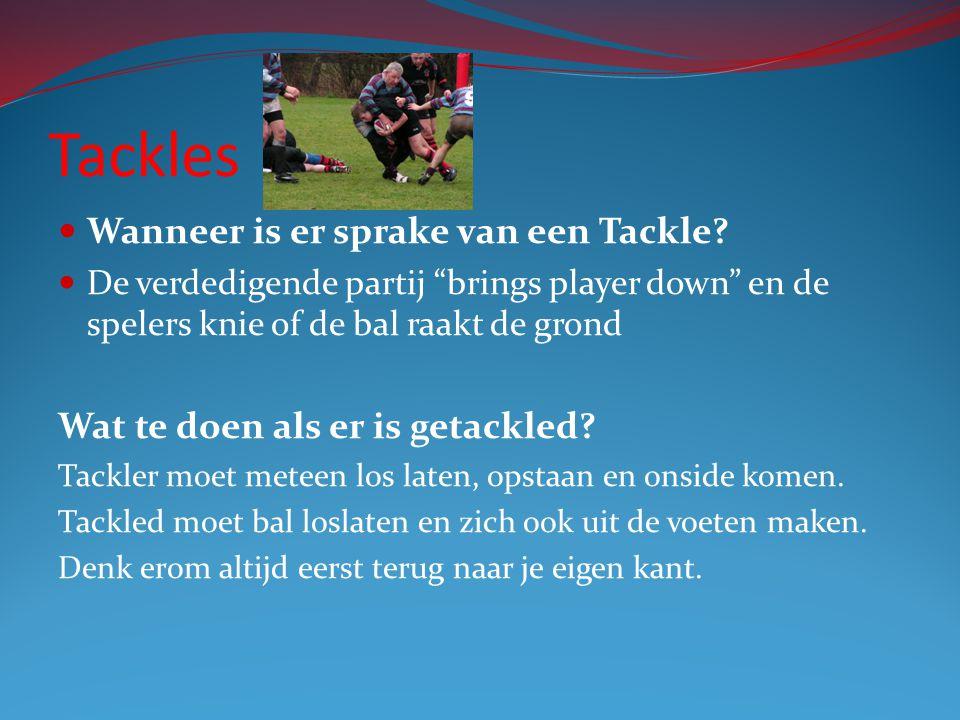"""Tackles Wanneer is er sprake van een Tackle? De verdedigende partij """"brings player down"""" en de spelers knie of de bal raakt de grond Wat te doen als e"""