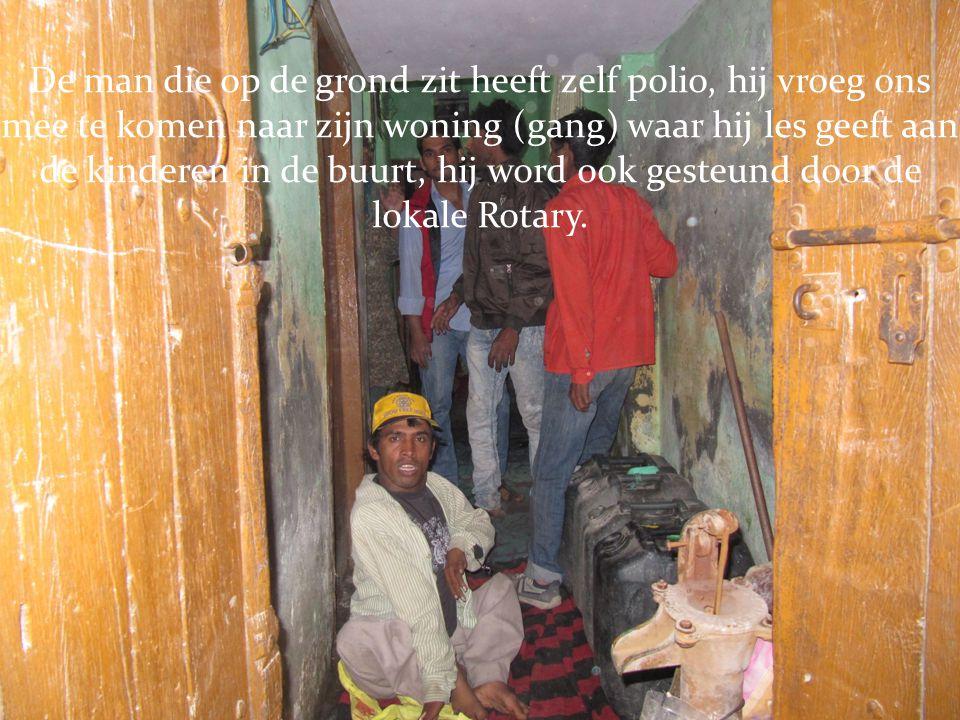 De man die op de grond zit heeft zelf polio, hij vroeg ons mee te komen naar zijn woning (gang) waar hij les geeft aan de kinderen in de buurt, hij word ook gesteund door de lokale Rotary.