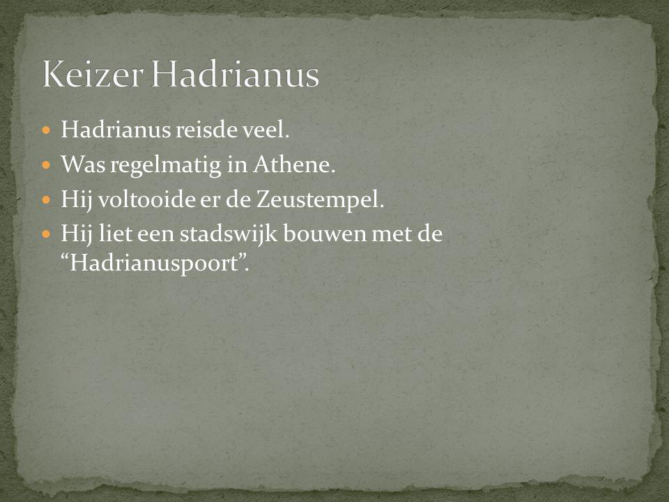 """Hadrianus reisde veel. Was regelmatig in Athene. Hij voltooide er de Zeustempel. Hij liet een stadswijk bouwen met de """"Hadrianuspoort""""."""