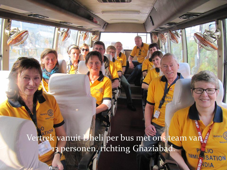 Vertrek vanuit Dheli per bus met ons team van 13 personen, richting Ghaziabad.
