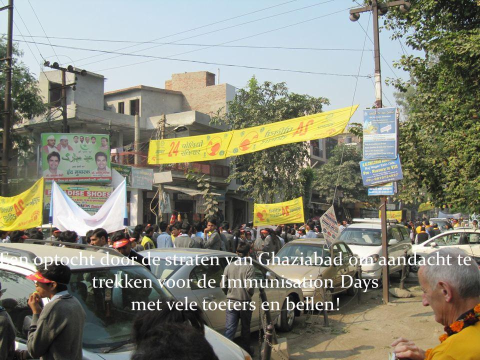 Een optocht door de straten van Ghaziabad om aandacht te trekken voor de Immunisation Days met vele toeters en bellen!