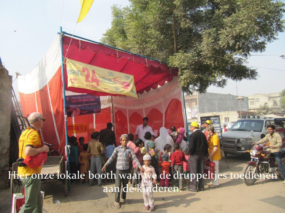 Hier onze lokale booth waar we de druppeltjes toedienen aan de kinderen.