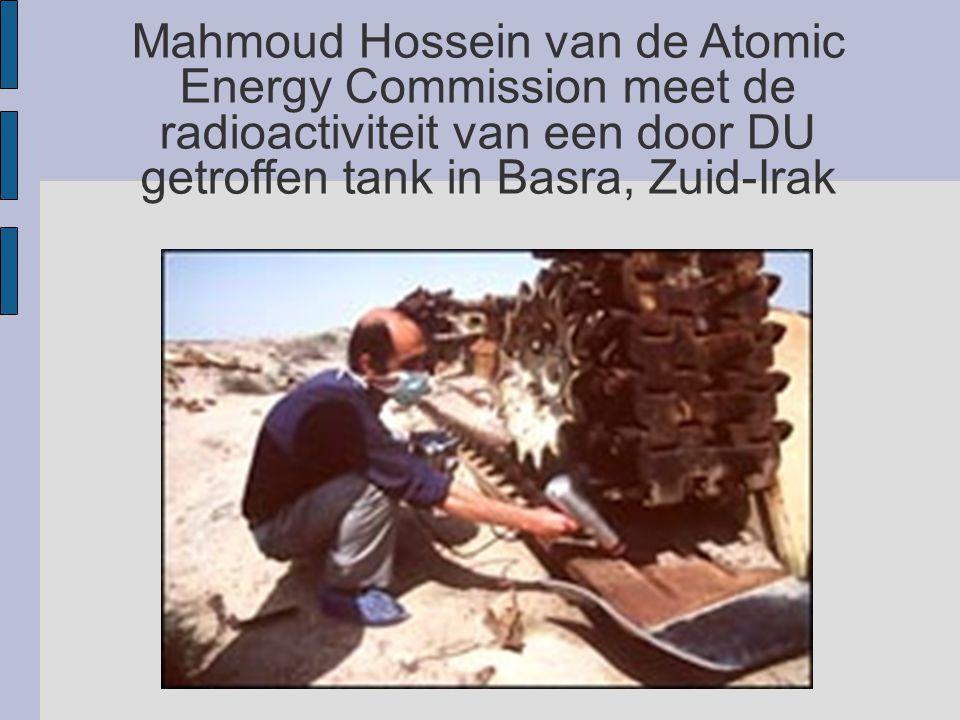 Mahmoud Hossein van de Atomic Energy Commission meet de radioactiviteit van een door DU getroffen tank in Basra, Zuid-Irak