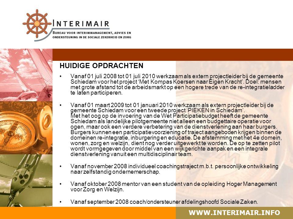 WWW.INTERIMAIR.INFO Het enthousiaste projectteam 'Met Kompas Koersen Naar Eigen Kracht' bij de overhandiging van het eerste boekje aan de Schiedamse wethouder, mevrouw Daskalakis