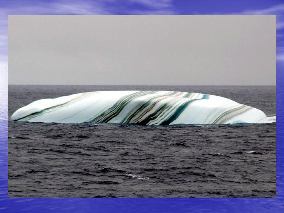 VERBAZINGWEKKENDE IJSBERGEN IJsbergen in de Antarctische omgeving hebben vaak strepen, gevormd door lagen sneeuw, die in verschillende vormen zijn ontstaan.