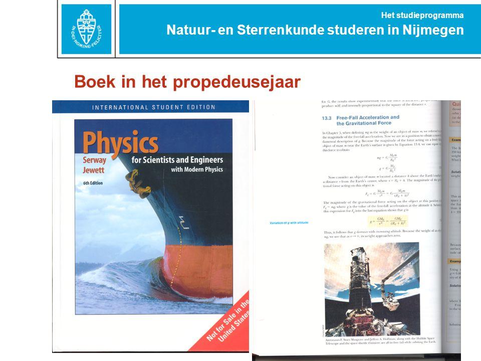Boek in het propedeusejaar Natuur- en Sterrenkunde studeren in Nijmegen Het studieprogramma
