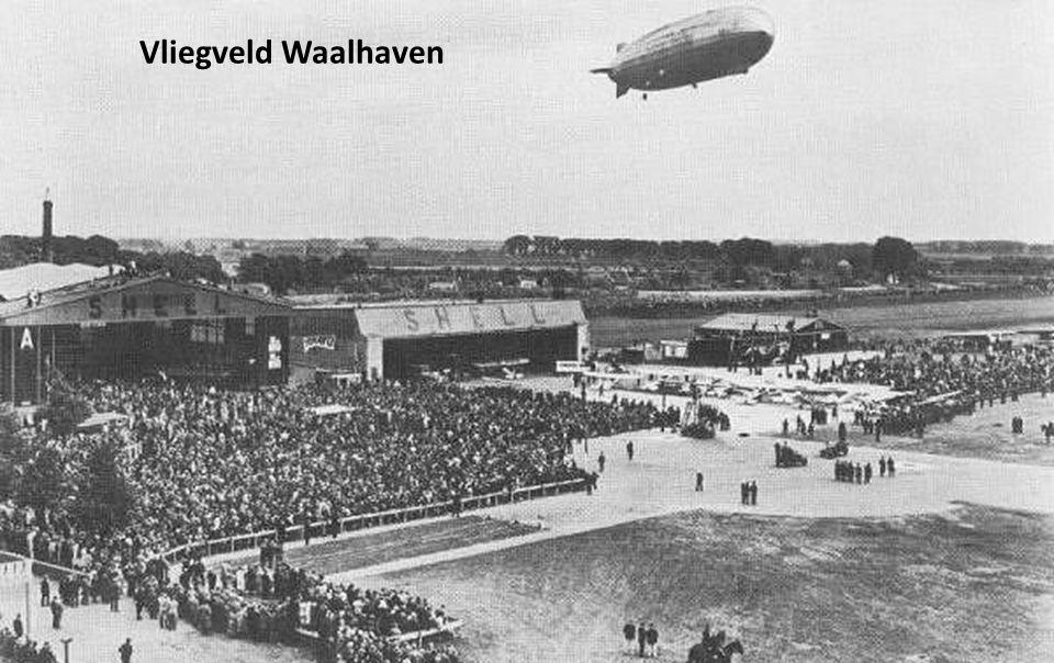 Vliegveld Waalhaven met de Zeppelin aan de grond