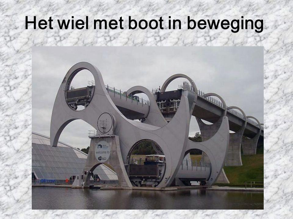 Boot vaart binnen in het wiel