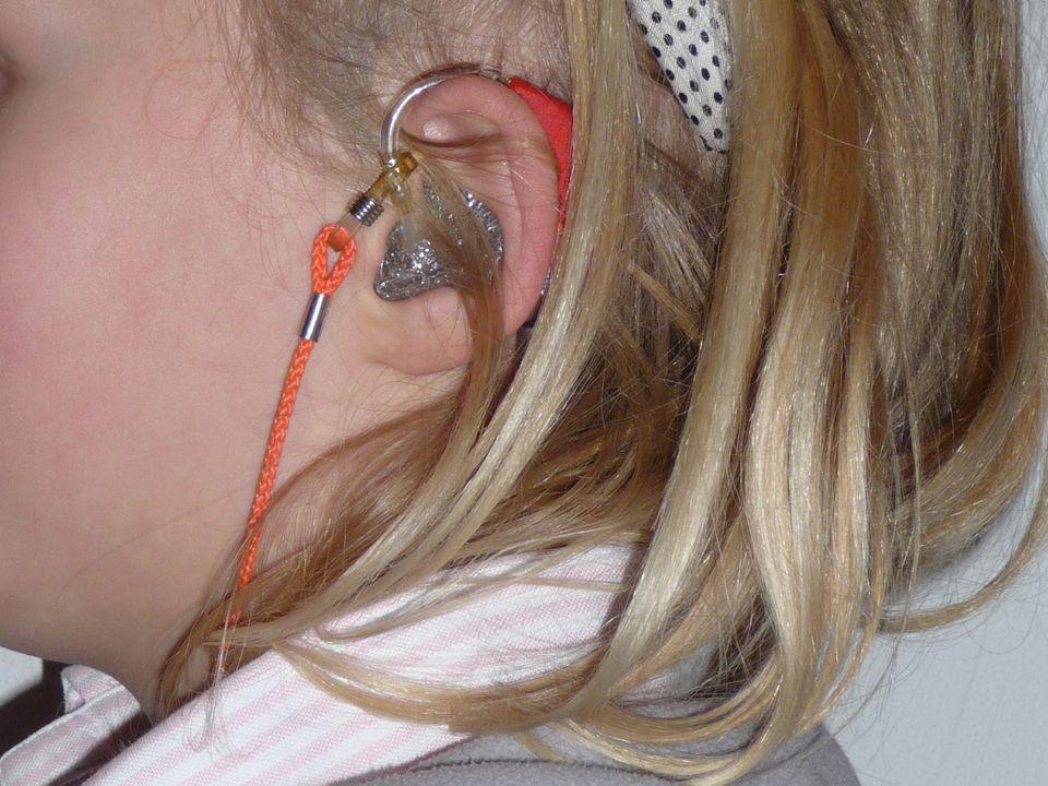 Zelf zegt ze erover: – Dat is niet leuk – Je oren doen vaak zeer – Ik kan jullie niet altijd goed horen – Als er veel lawaai is kan ik het helemaal niet horen – Ik ben vaker ziek omdat ik oorontstekingen heb Isabel is slechthorend