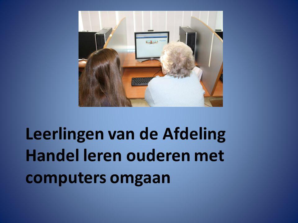 Leerlingen van de Afdeling Handel leren ouderen met computers omgaan