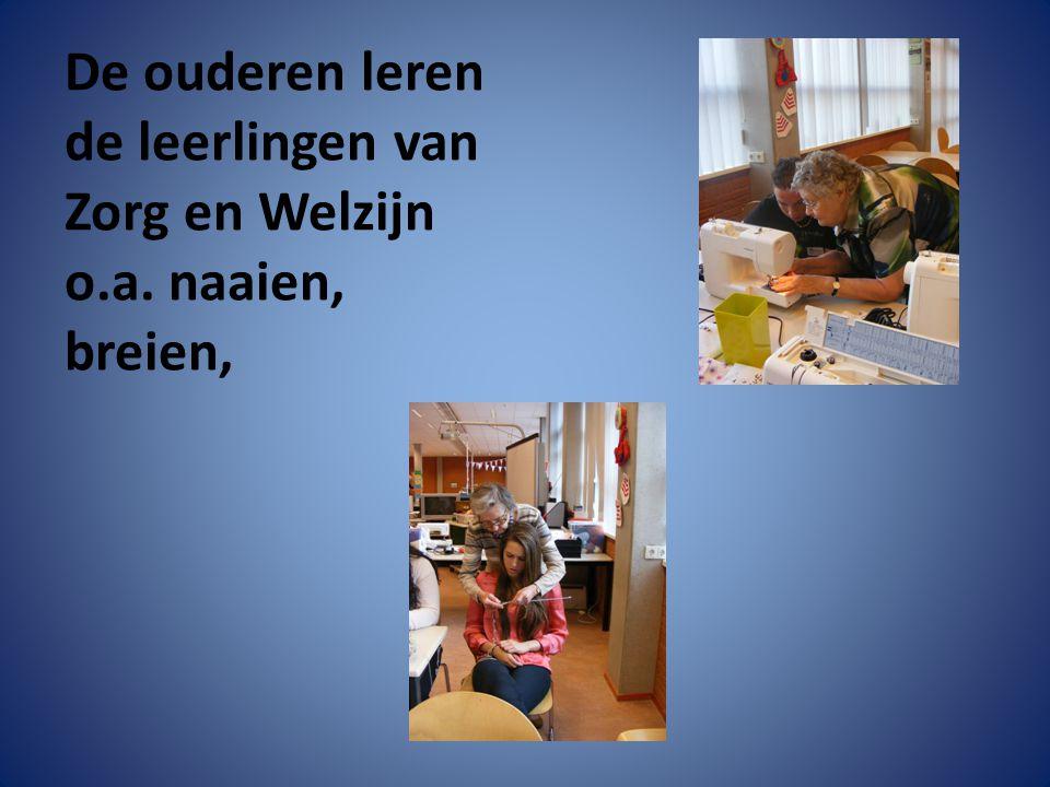 De ouderen leren de leerlingen van Zorg en Welzijn o.a. naaien, breien,