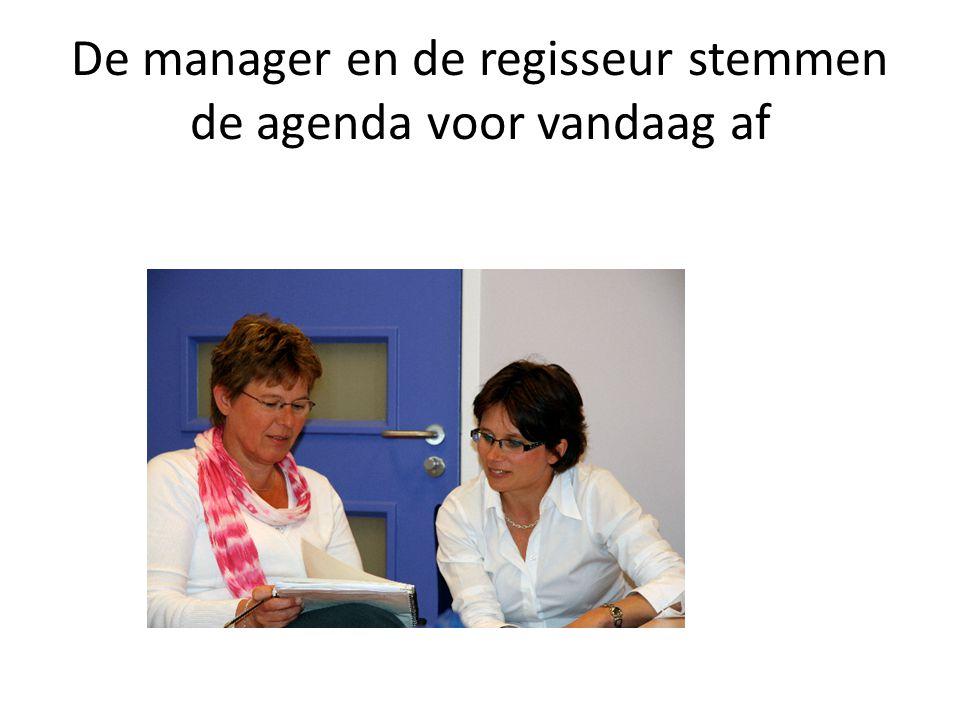De manager en de regisseur stemmen de agenda voor vandaag af