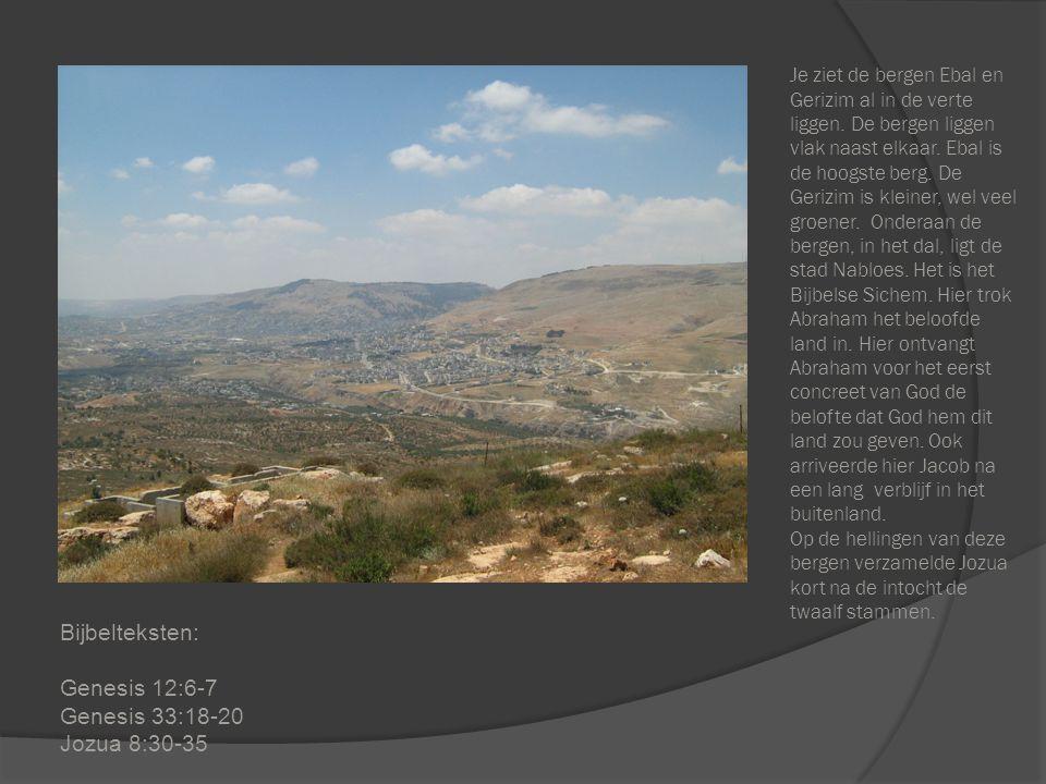 Je ziet de bergen Ebal en Gerizim al in de verte liggen. De bergen liggen vlak naast elkaar. Ebal is de hoogste berg. De Gerizim is kleiner, wel veel
