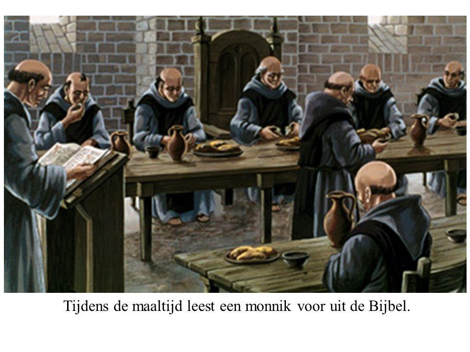 Tijdens de maaltijd leest een monnik voor uit de Bijbel.