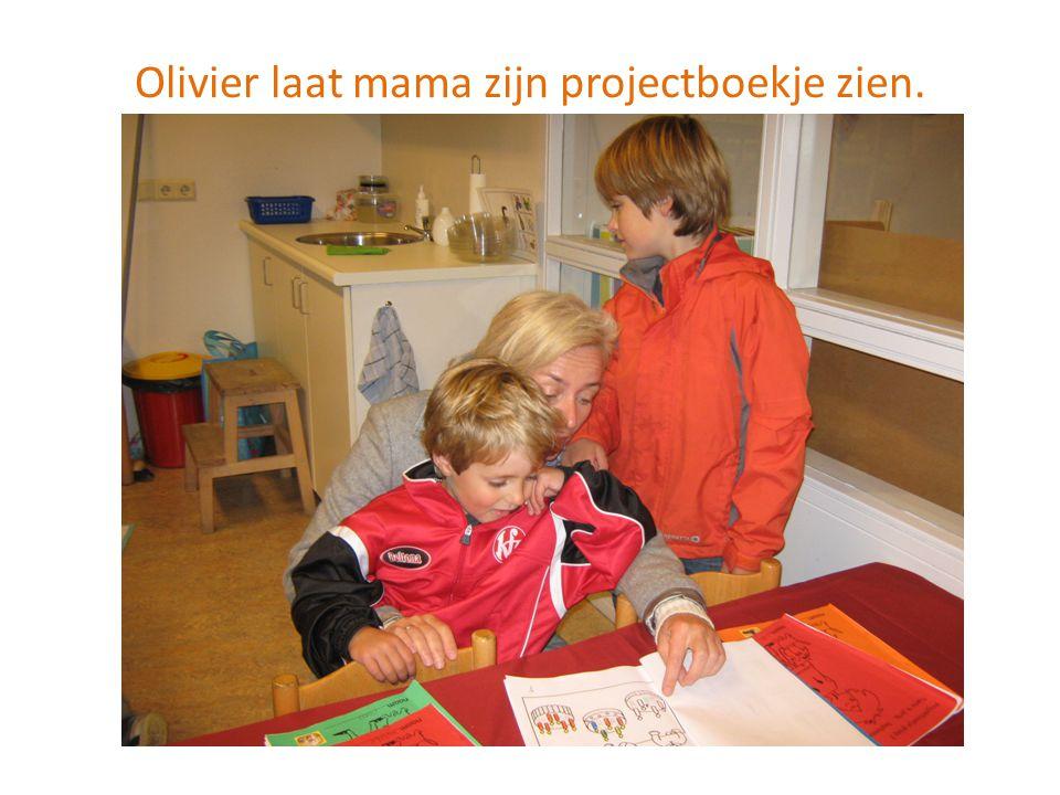 Olivier laat mama zijn projectboekje zien.