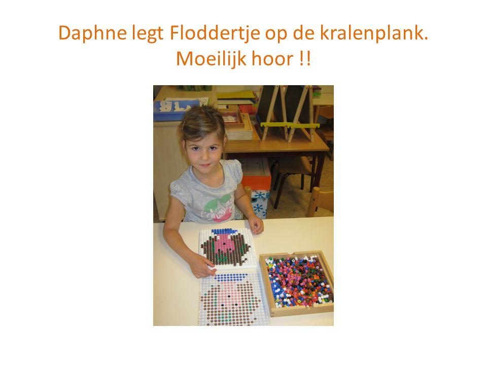 Jasmijn en Fleur werken hard in hun projectboekje.