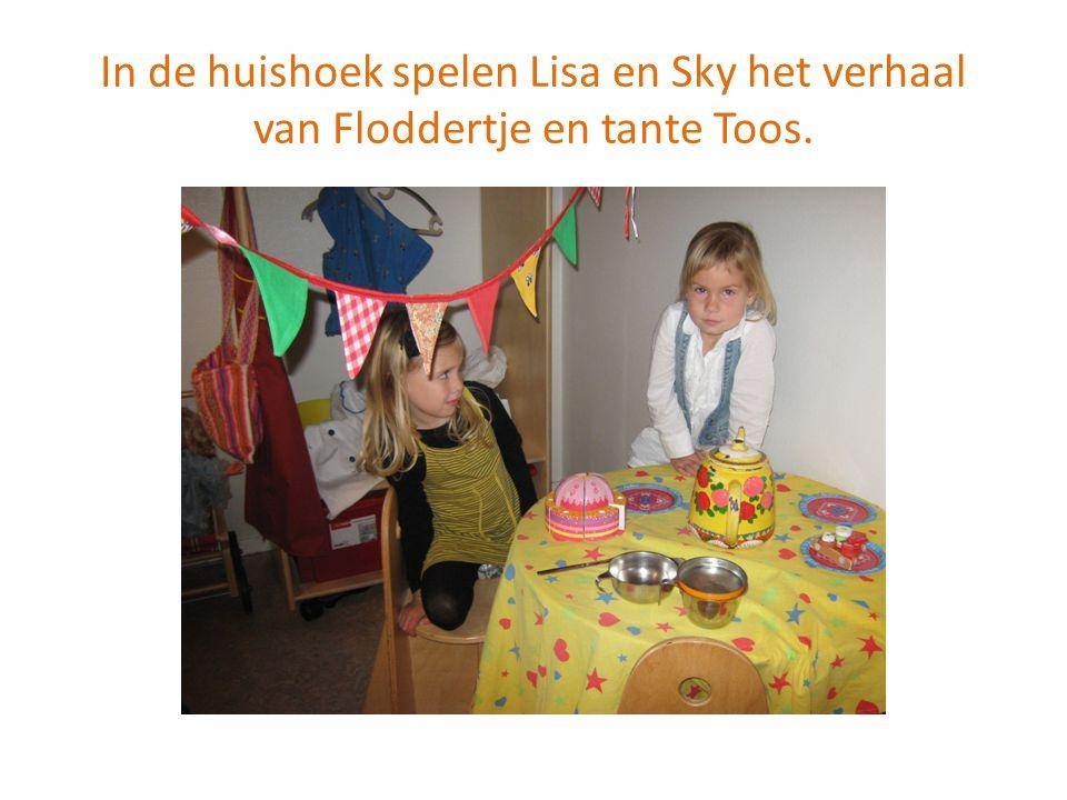 In de huishoek spelen Lisa en Sky het verhaal van Floddertje en tante Toos.