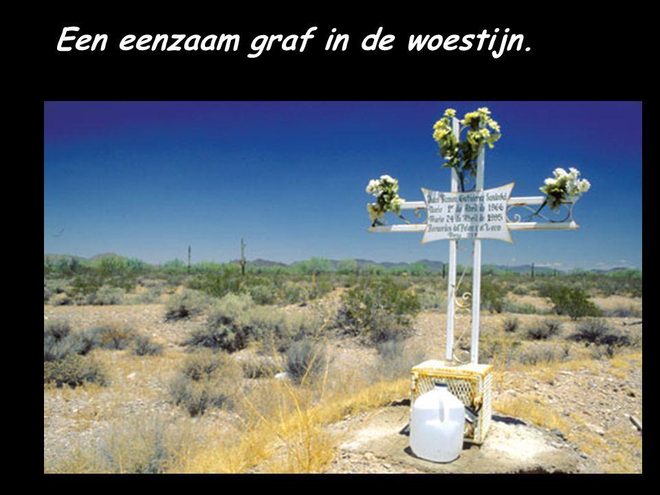 Een eenzaam graf in de woestijn.
