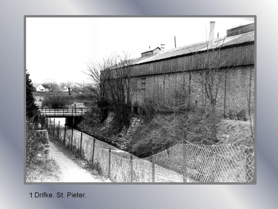 Zicht op kanaal en de kerk. St. Pieter. 1935.