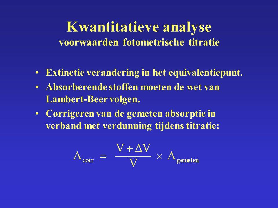 Kwantitatieve analyse voorwaarden fotometrische titratie Extinctie verandering in het equivalentiepunt. Absorberende stoffen moeten de wet van Lambert