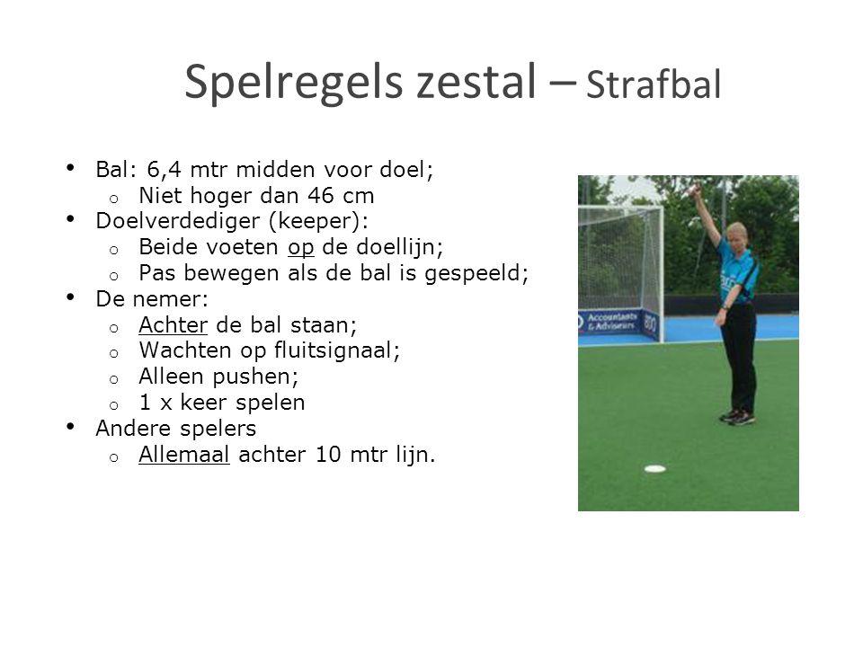Bal: 6,4 mtr midden voor doel; o Niet hoger dan 46 cm Doelverdediger (keeper): o Beide voeten op de doellijn; o Pas bewegen als de bal is gespeeld; De