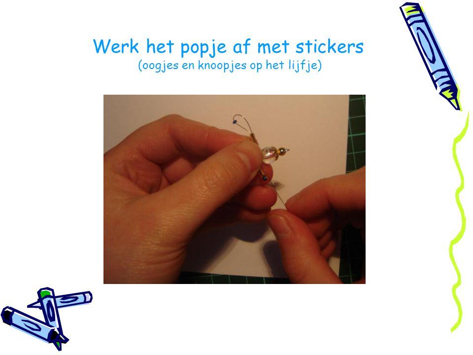 Werk het popje af met stickers (oogjes en knoopjes op het lijfje)
