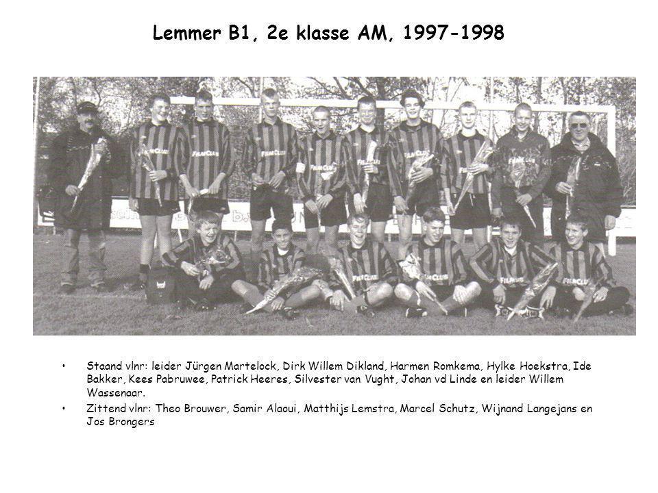 Lemmer B1, 2e klasse AM, 1997-1998 Staand vlnr: leider Jürgen Martelock, Dirk Willem Dikland, Harmen Romkema, Hylke Hoekstra, Ide Bakker, Kees Pabruwe