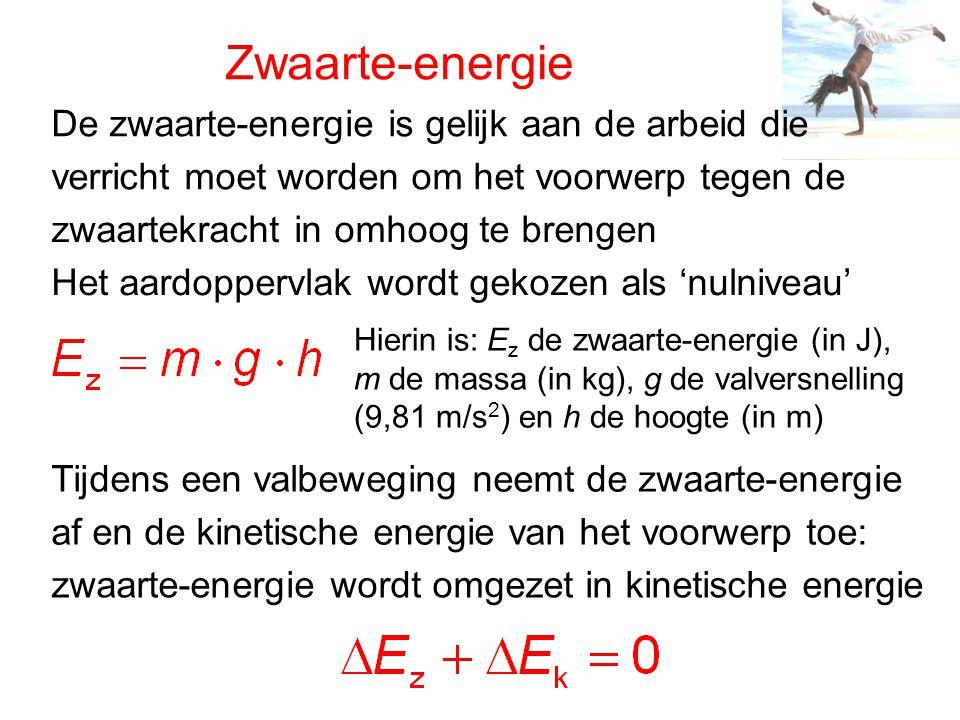 Zwaarte-energie De zwaarte-energie is gelijk aan de arbeid die verricht moet worden om het voorwerp tegen de Het aardoppervlak wordt gekozen als 'nulniveau' Hierin is: E z de zwaarte-energie (in J), m de massa (in kg), g de valversnelling (9,81 m/s 2 ) en h de hoogte (in m) Tijdens een valbeweging neemt de zwaarte-energie af en de kinetische energie van het voorwerp toe: zwaarte-energie wordt omgezet in kinetische energie zwaartekracht in omhoog te brengen