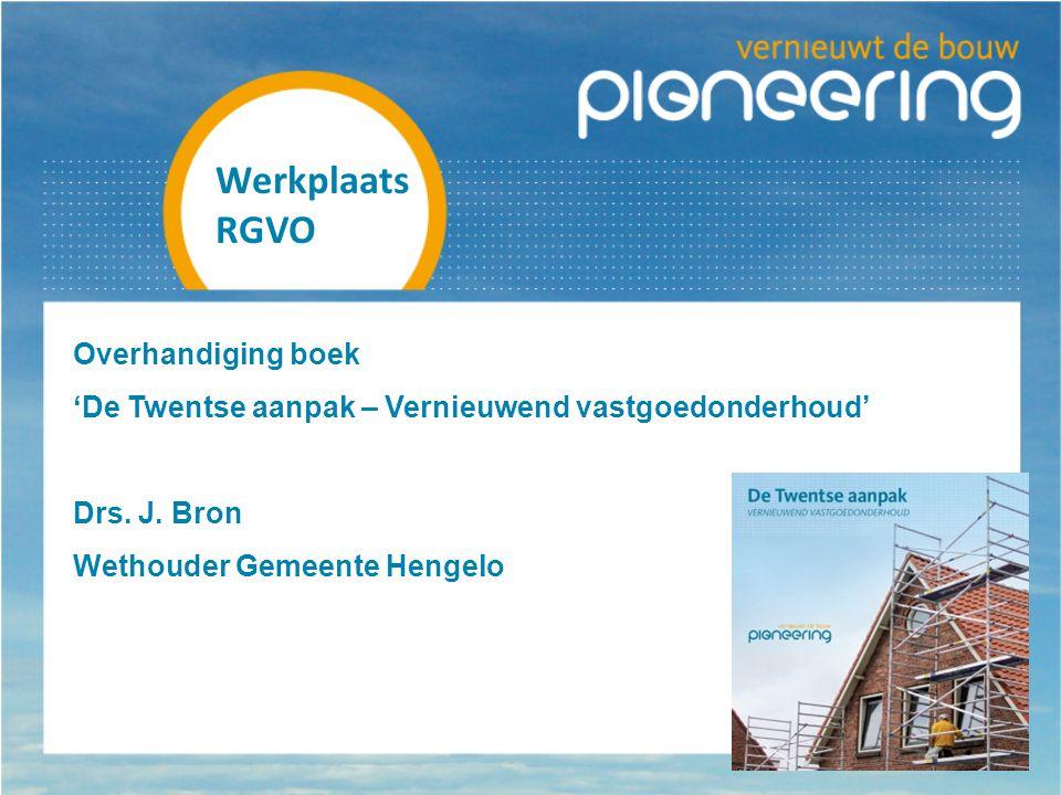 Overhandiging boek 'De Twentse aanpak – Vernieuwend vastgoedonderhoud' Drs.