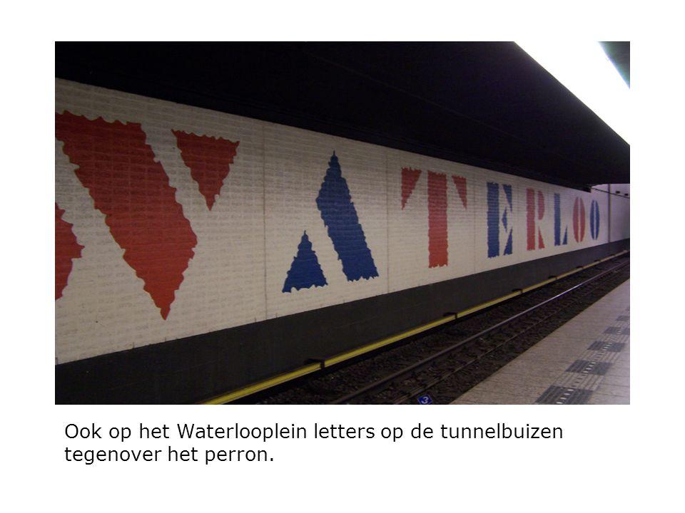 Ook op het Waterlooplein letters op de tunnelbuizen tegenover het perron.