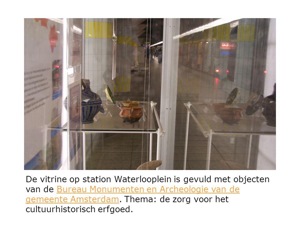 De vitrine op station Waterlooplein is gevuld met objecten van de Bureau Monumenten en Archeologie van de gemeente Amsterdam. Thema: de zorg voor het
